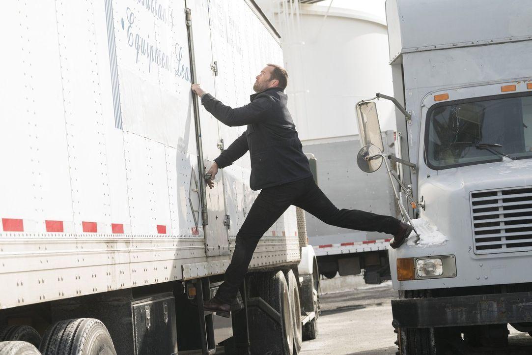Hier ist Akrobatik gefragt: Kurt Weller (Sullivan Stapleton) im Einsatz ... - Bildquelle: Warner Brothers