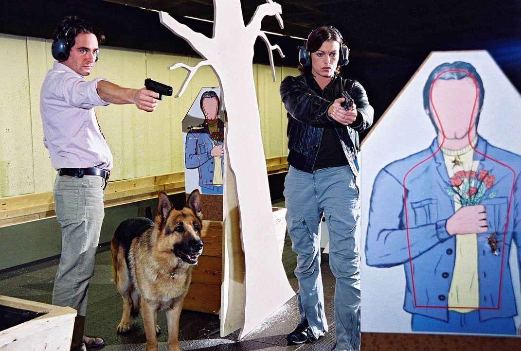 Marc (Alexander Pschill, l.) und Niki (Elke Winkens, r.) machen Schießübungen. - Bildquelle: Sat.1