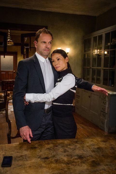 Sherlock Holmes (Jonny Lee Miller, l.) und Joan Watson (Lucy Liu, r.) haben eine ganz besondere Beziehung ... - Bildquelle: Jeff Neira Jeff Neira/CBS   2017 CBS Broadcasting Inc. All Rights Reserved.