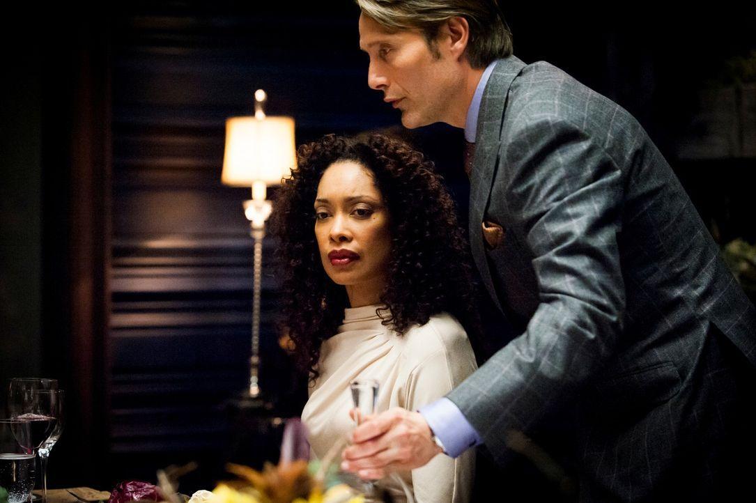 Für Fleisch hat Bella (Gina Torres, l.) nicht viel übrig. Wird Dr. Hannibal Lecter (Mads Mikkelsen, r.) sie vom Gegenteil überzeugen? - Bildquelle: Brooke Palmer 2012 NBCUniversal Media, LLC