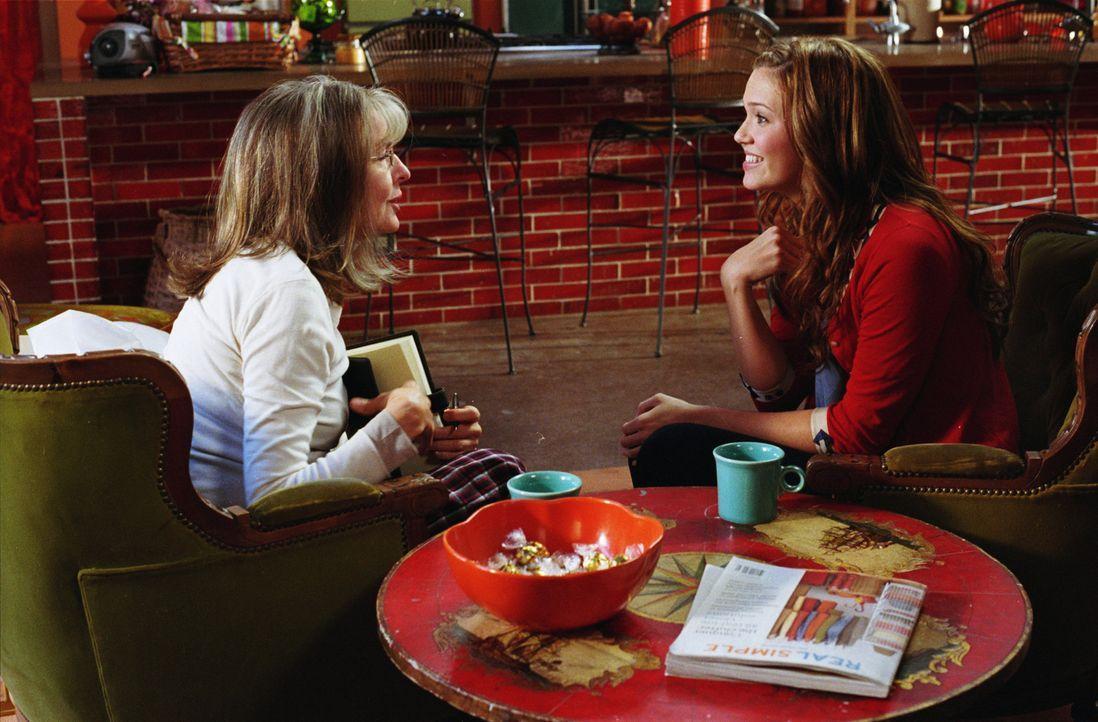Daphne (Diane Keaton, l.) möchte ihre Jüngste, Milly (Mandy Moore, r.), vor dem falschen Mann bewahren, der ihr einst selbst nicht erspart blieb.... - Bildquelle: Warner Brothers