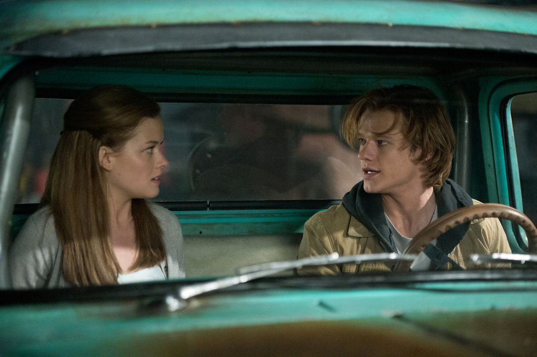 Meredith (Jane Levy, l.) und Lucas (Lucas Till, r.) müssen den armen Creech vor der Ölkompanie retten. Das schweißt zusammen ... - Bildquelle: Kimberley French 2016 Paramount Pictures. All Rights Reserved./Kimberley French