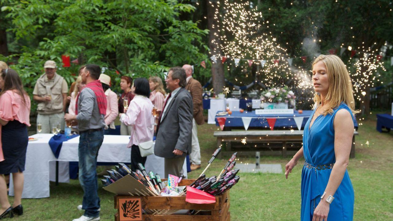Als Katrin beschließt, Kate (Valerie Niehaus) auf der Gartenparty unbemerkt außer Gefecht zu setzen, löst sie versehentlich ein Feuerwerk aus, da... - Bildquelle: Marc Meyerbroeker SAT.1