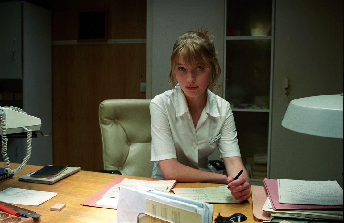 Jana (Anna Brüggemann) weiß sich vor dummen Anmachsprüchen zu schützen! Mit ihrer Schlagfertigkeit schlägt sie schnell jeden aufdringlichen Verehrer... - Bildquelle: Akkord Film Produktion GmbH