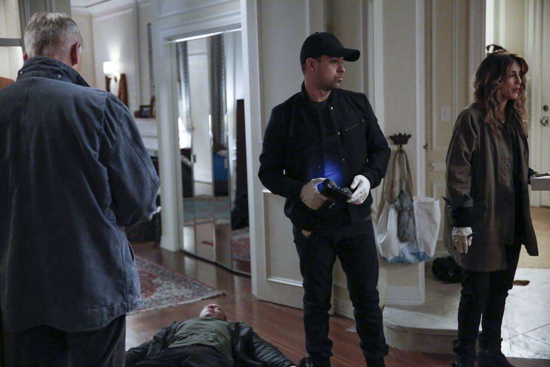 Als McGee sein Apartment vollkommen zerstört vorfindet, sind seine Navy-Kollegen Torres (Wilmer Valderrama, M.) und Quinn (Jennifer Esposito, r.) so... - Bildquelle: 2016 CBS Broadcasting, Inc. All Rights Reserved