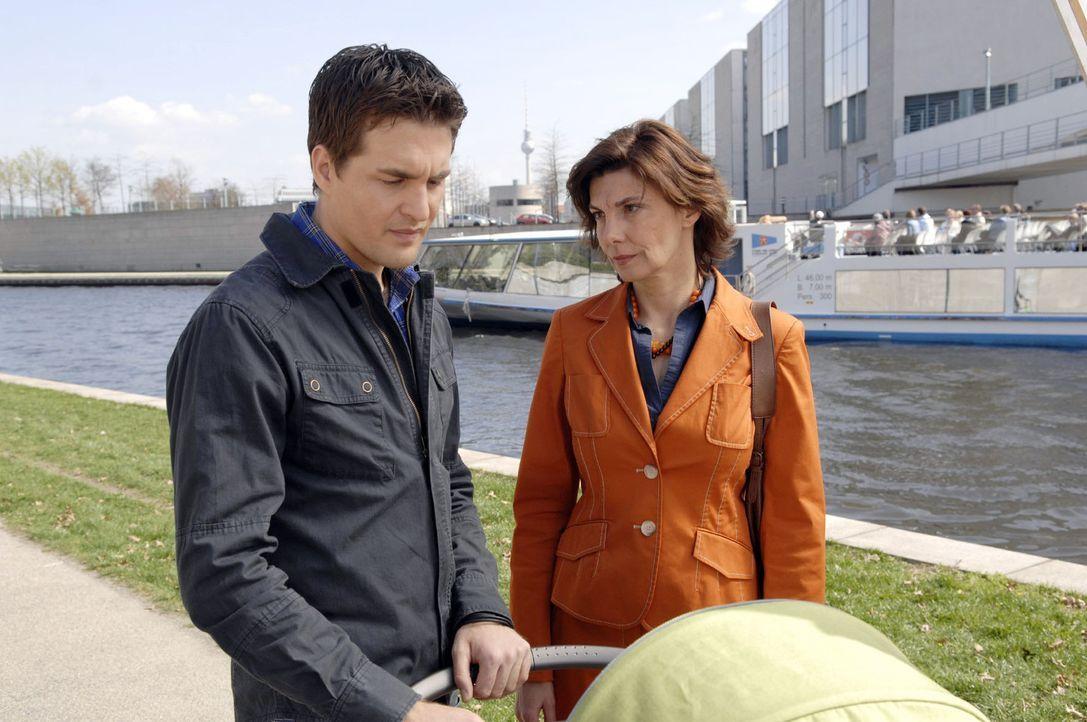 Steffi (Karin Kienzer, r.) redet Lars (Alexander Klaws, l.), der den London-Trip mit Lily wegen Pia abgesagt hat, ins Gewissen. - Bildquelle: Sat.1