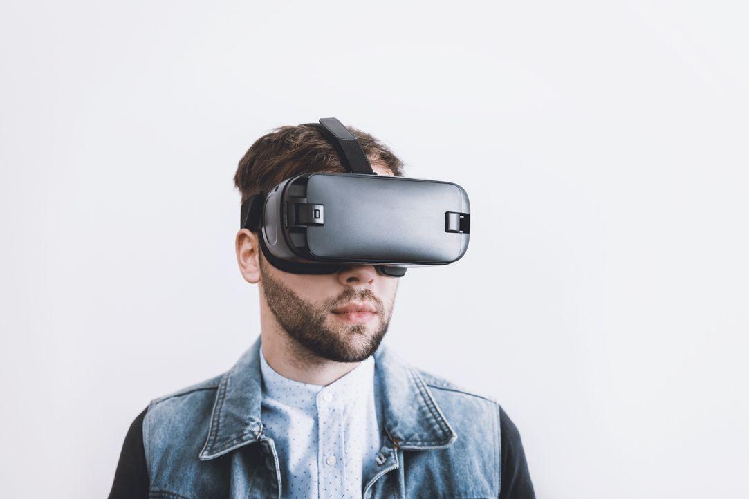 Mit 5G Ängste überwinden. Dank neuen VR-Brillen können sich Patienten mit Hö... - Bildquelle: SAT.1 CH