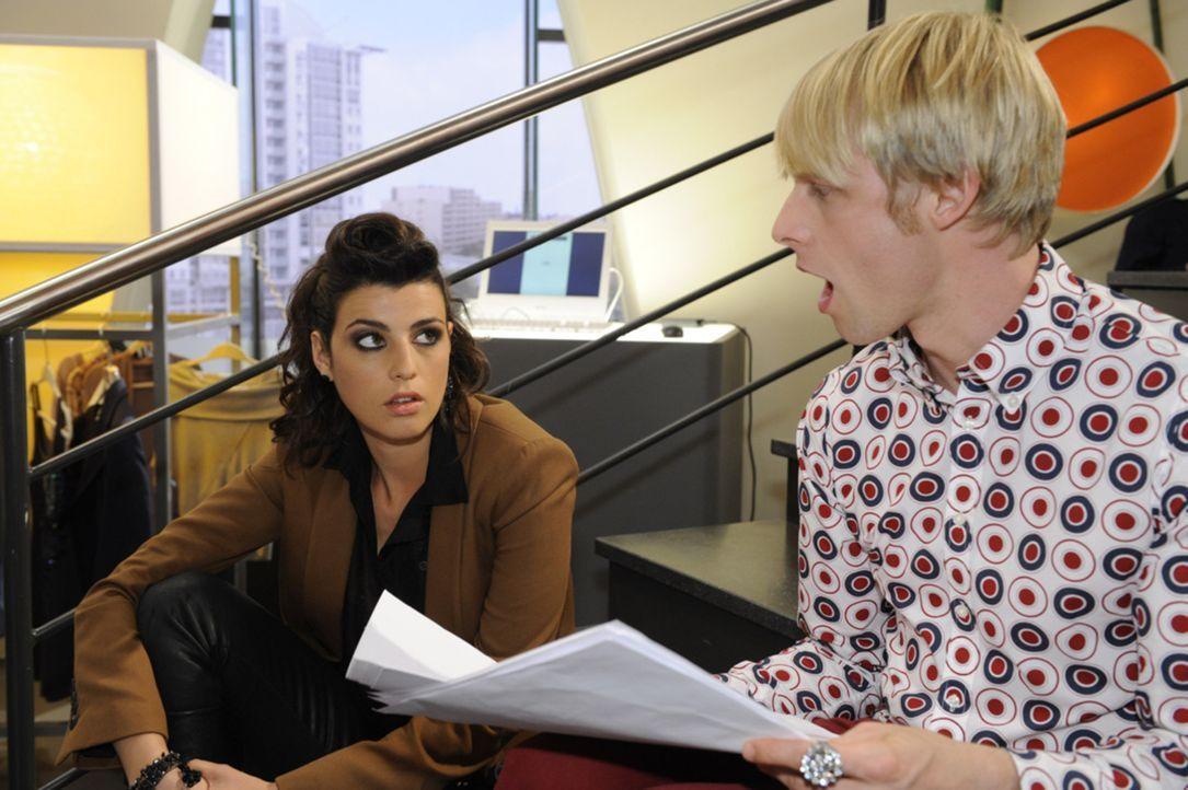 Carla (Sarah Mühlhause, l.) gibt sich vor Virgin (Chris Gebert, r.) als Urheber der Entwürfe aus ... - Bildquelle: SAT.1
