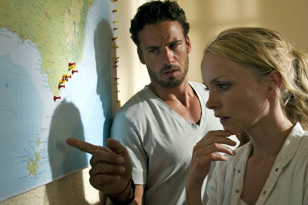 In Verhörraum von Comisario Barocha stoßen Karla (Janin Reinhardt, r.) und Ben (Stephan Luca, l.) auf eine Mallorca-Karte, die sie zu der kleinen... - Bildquelle: Sat.1