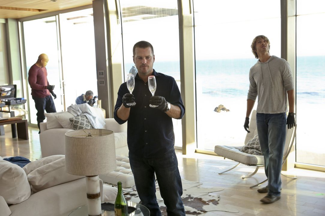 Bei den Ermittlungen in einem neuen Fall, stellen sich Callen (Chris O'Donnell, 2.v.r.), Hanna (LL Cool J, l.) und Deeks (Eric Christian Olsen, r.)... - Bildquelle: CBS Studios Inc. All Rights Reserved.