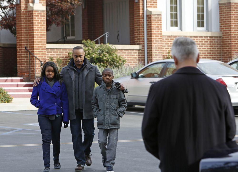 Gibbs (Mark Harmon, r.) steht Leon Vance (Rocky Carroll, 2.v.l.) und seinen Kindern Kayla (Kiara Muhammad, l.) und Jared (Akinsola Aribo, 2.v.r.) in... - Bildquelle: CBS Television