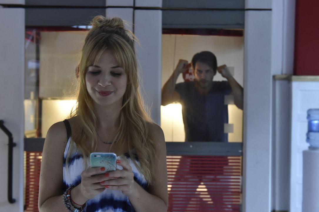 Während eine panische Mila (Susan Sideropoulos, l.) Hilfe von Sally erhofft, ist Nick (Florian Odendahl, r) genervt von Milas Handy-Besessenheit ... - Bildquelle: Claudius Pflug sixx