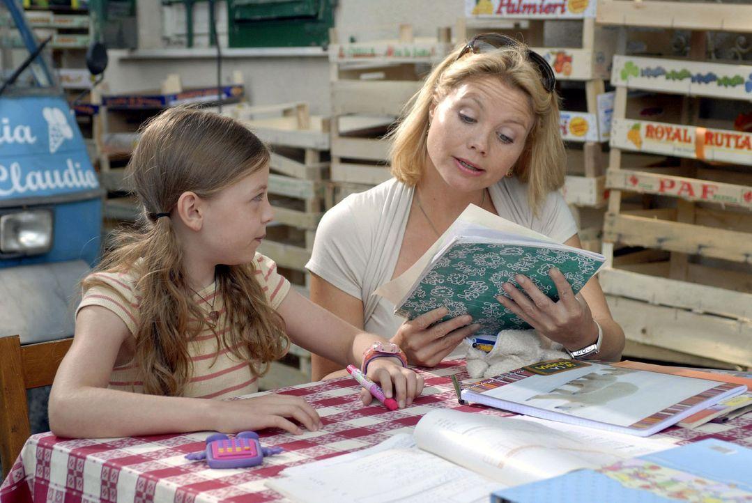 Fabios Tochter Nina (Amber Bongard, l.) ist begeistert, denn Lissy (Annette Frier, r.) ist eine große Hilfe bei den Mathematik-Hausaufgaben. - Bildquelle: Sat.1