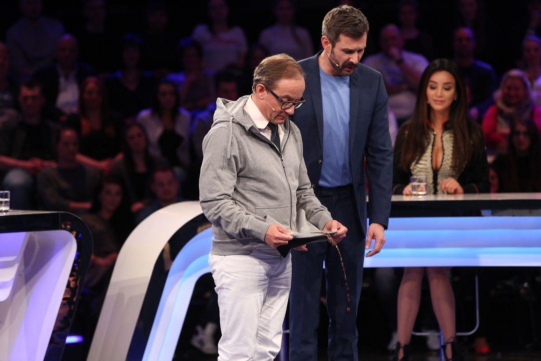 """Auch Moderator Jochen Schropp (r.) ist gespannt, wie sich Wigald Boning (l.) bei """"Das gibt's doch gar nicht"""" schlagen wird ... - Bildquelle: Guido Ohlenbostel SAT.1"""