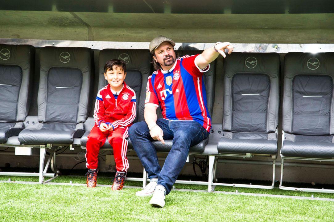 Eigentlich ist Max (l.) schon überglücklich, als Henning Wehland (r.) ihn mit in die Allianz Arena nimmt, doch dann kommt es sogar noch besser ... - Bildquelle: Benedikt Müller SAT.1