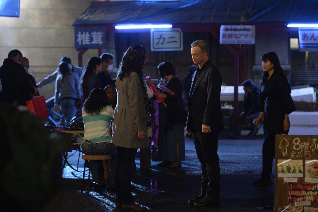 Glauben, dass drei Selbstmorde amerikanischer Bürger in Tokio kein Zufall sein können: Clara (Alana De La Garza, l.) und Jack (Gary Sinise, r.) ... - Bildquelle: Darren Michaels 2015 American Broadcasting Companies, Inc. All rights reserved.