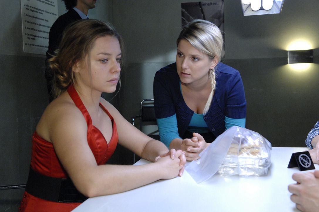 Katja (Karolina Lodyga, l.) will nicht mit Anna (Jeanette Biedermann, r.) sprechen ... - Bildquelle: Sat.1