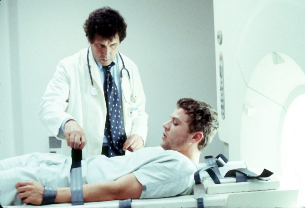 Kaum verpasst ihm Dr. Newborn (Stephen Rea, l.) eine Beruhigungsspritze, dreht die Uhr sich zwei Jahre zurück und Simon (Ryan Phillippe, r.) wacht... - Bildquelle: Miramax Films