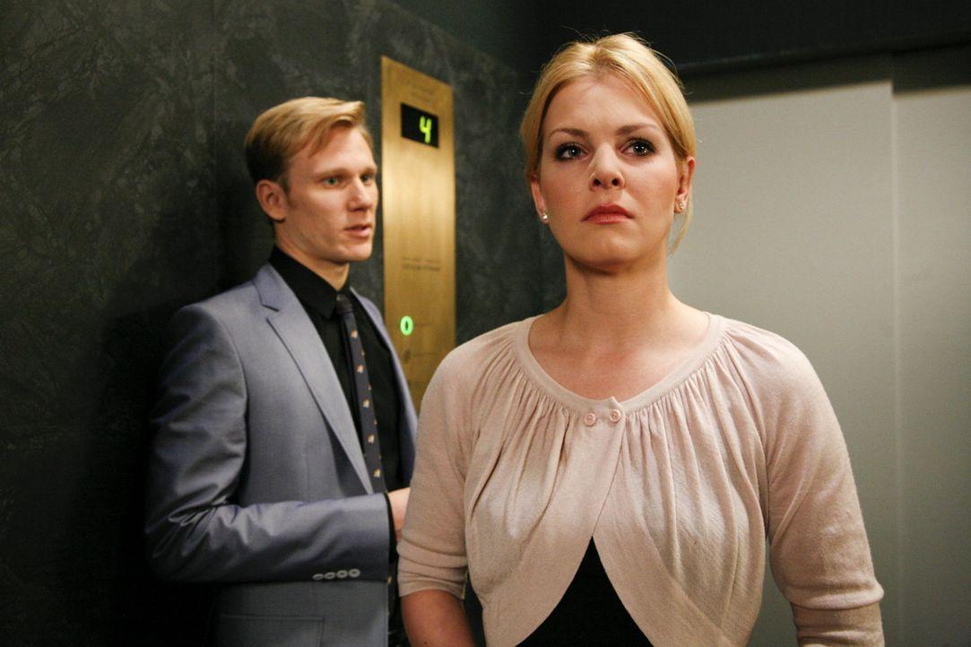Als Alexandra (Ivonne Schönherr, r.) auf Philip (Philipp Romann, l.) trifft, erkennt sie, dass sie auf Marks Seite stehen will ... - Bildquelle: SAT.1