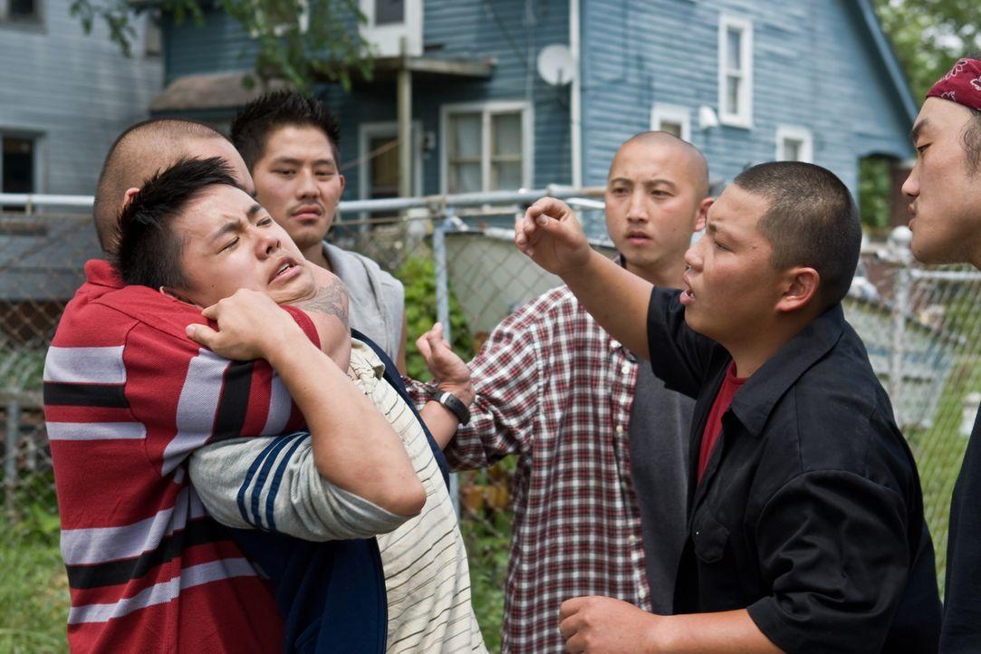 Als der asiatische Nachbarsjunge Thao (Bee Vang, 2.v.l.) auf der Straße angegriffen wird, kommt ihm der eigentlich rassistische Walt todesmutig zu H... - Bildquelle: Warner Bros