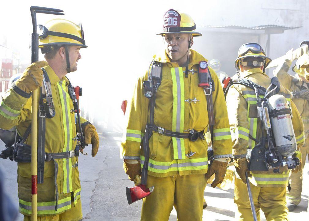Bei ihrem neuen Fall müssen sich Sam (LL Cool J, r.) und Callen (Chris O'Donnell, l.) als Feuerwehrmänner beweisen ... - Bildquelle: Sonja Flemming 2016 CBS Broadcasting, Inc. All Rights Reserved.