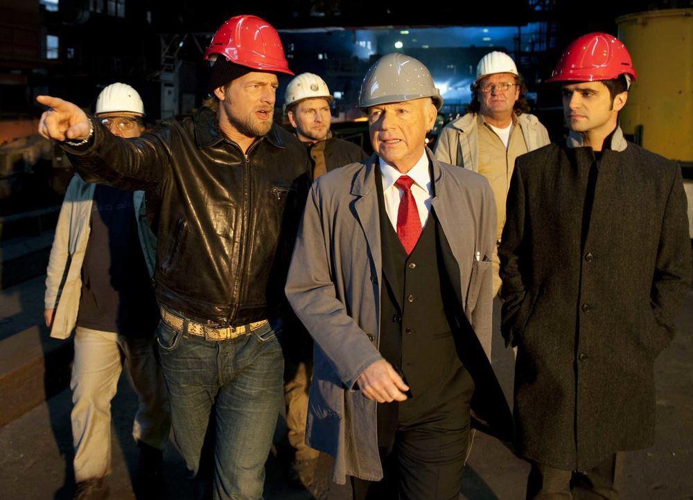 Schon bald erfahren Mick (Henning Baum, l.) und Andreas (Maximilian Grill, r.), dass die ermordete Journalistin erst kürzlich über den Industriellen... - Bildquelle: Martin Rottenkolber SAT.1