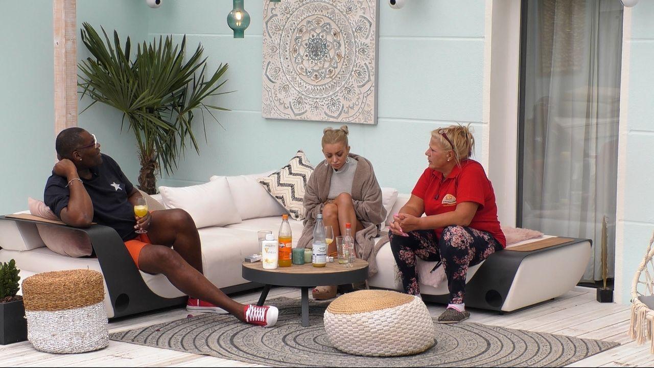 Silvia berichtet Katja und Alphonso von der schweren Trennung von ihrem Ex-Mann