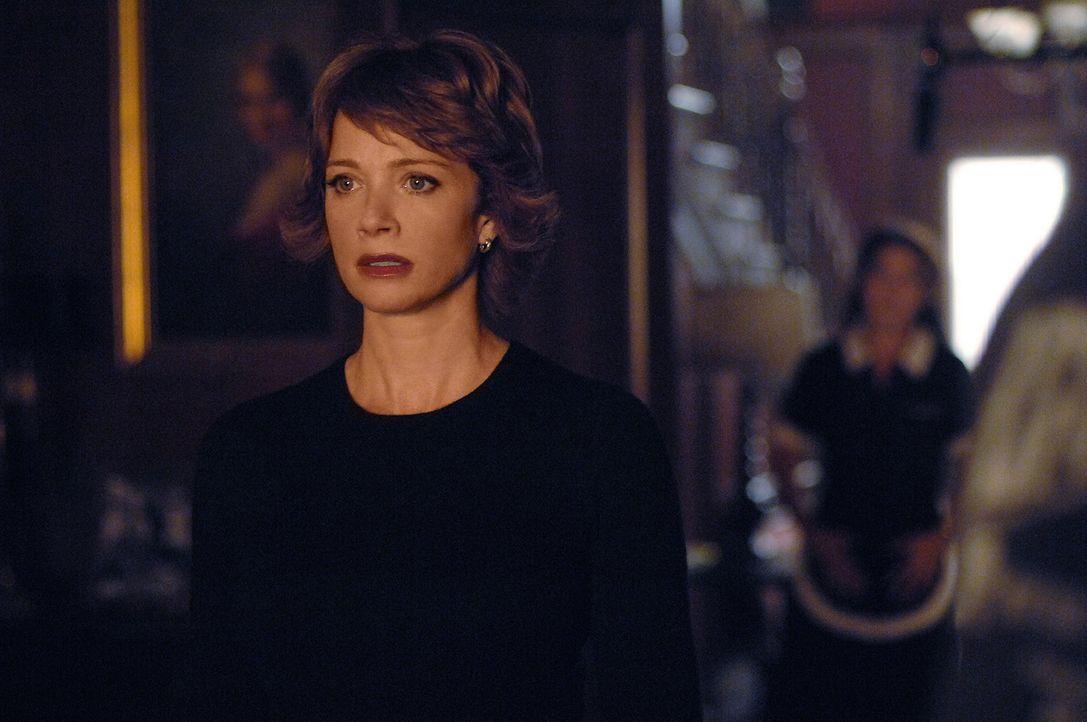 Jenny (Lauren Holly, l.) ist wieder da! Ihr vorübergehendes Verschwinden hat jedoch bei einigen Leuten für Besorgnis gesorgt, so dass eine Untersu... - Bildquelle: CBS Television