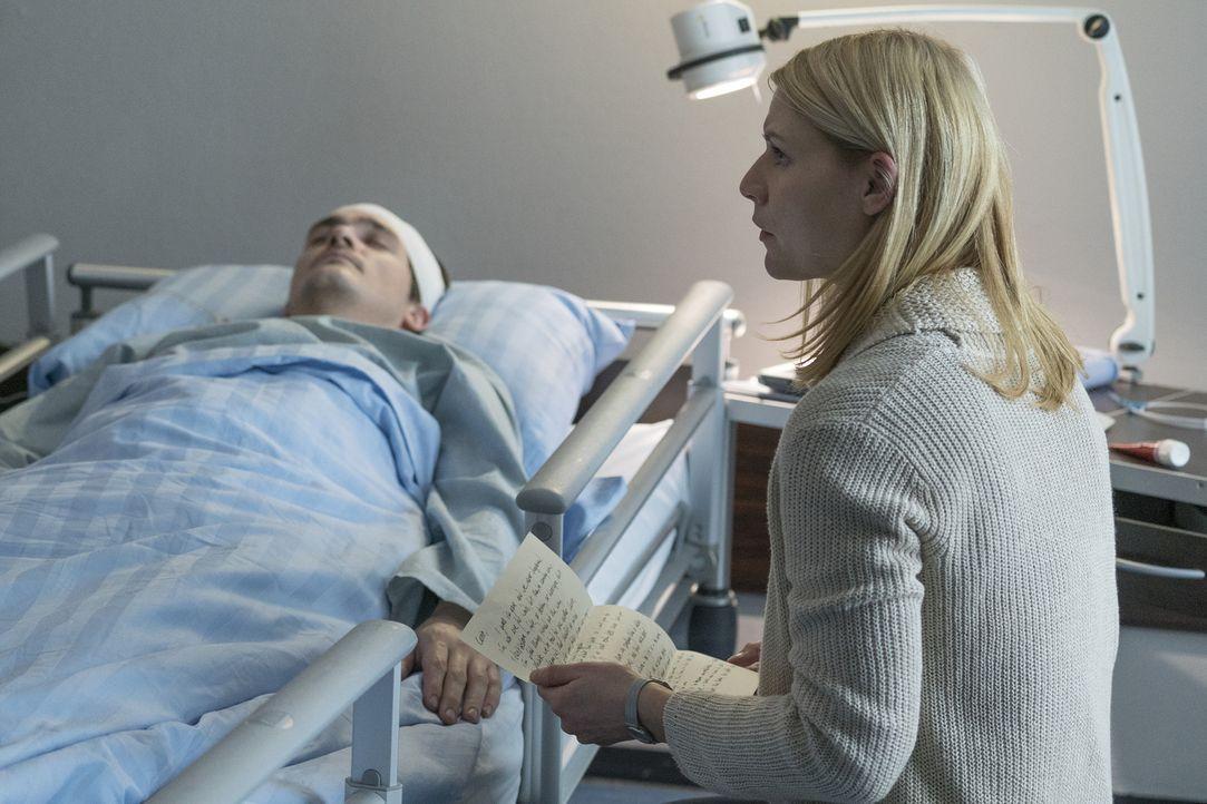 Adal hat für Carrie (Claire Danes, r.) einen Brief von Quinn (Rupert Friend, l.) , den er ihr im Falle seines Todes überreichen sollte. Darin gesteh... - Bildquelle: Stephan Rabold 2015 Showtime Networks, Inc., a CBS Company. All rights reserved.