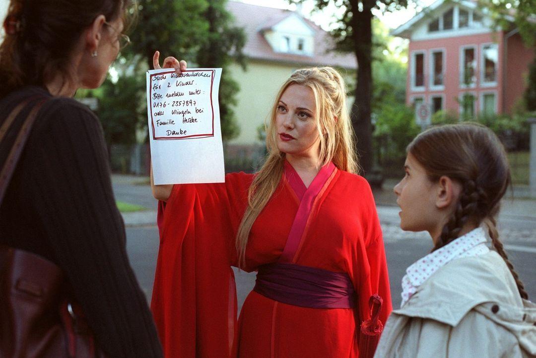 Die etwas seltsam agierende Mechthilde (Eva Hassmann, M.) bewirbt sich bei den Herzkes, die händeringend nach einem neuen Kindermädchen suchen, um... - Bildquelle: Sat.1