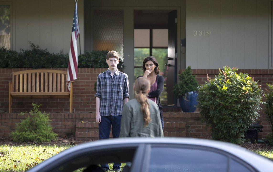 Jessica (Morena Baccarin, r.) und Chris (Jackson Pace, l.) kommen mit der Entscheidung von Dana (Morgan Saylor, M.), nach Los Angeles zu gehen, nur... - Bildquelle: 2013 Twentieth Century Fox Film Corporation. All rights reserved.