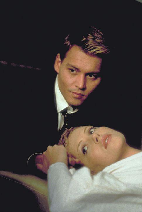 Der Schein trügt. Nach und nach fällt Jillian (Charlize Theron, r.) auf, dass sich ihr Gatte Spencer (Johnny Depp, l.) immer seltsamer benimmt ... - Bildquelle: 1999 New Line Productions, Inc. All Rights Reserved.