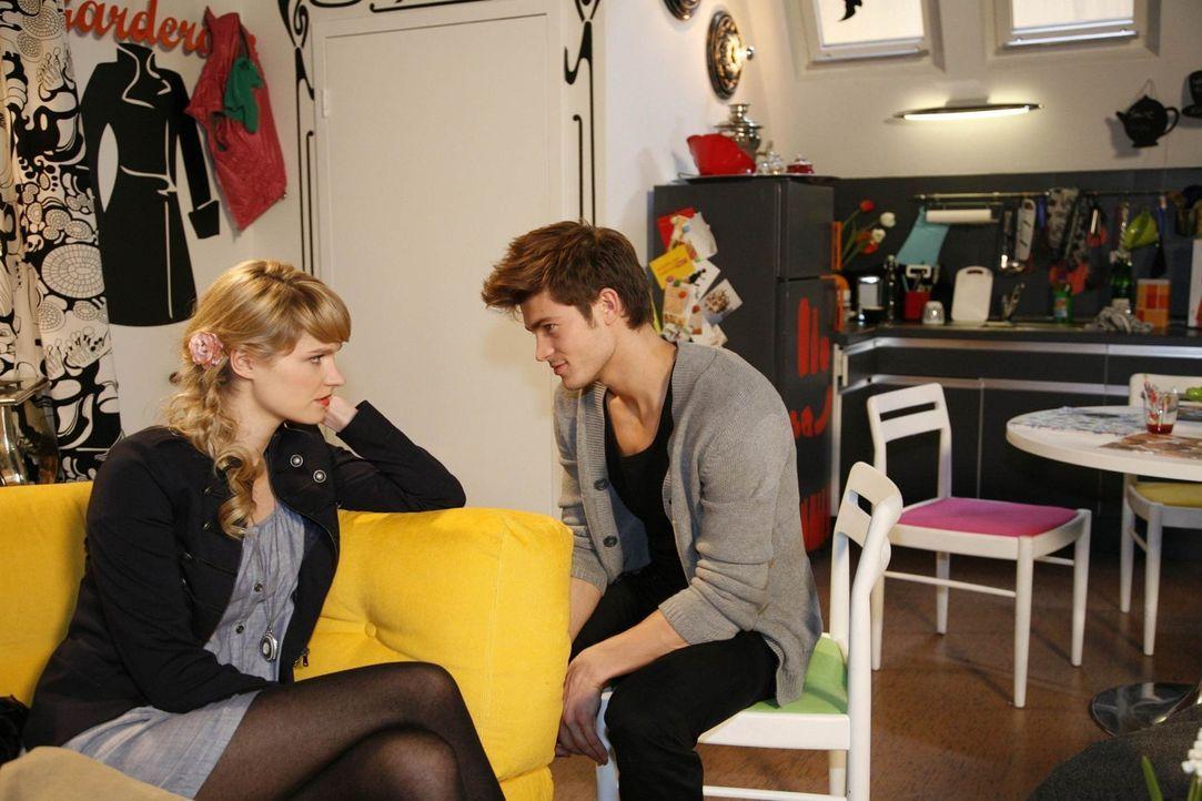 Jessicas (Isabell Ege, l.) Hoffnung, bei Moritz (Eugen Bauder, r.) zu landen, wird unsanft von Chris gestört ... - Bildquelle: SAT.1
