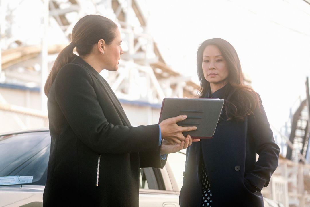 Watson (Lucy Liu, r.) reagiert skeptisch, als sie von ihrer NYPD-Rivalin Cortes (Monique Gabriela Curnen, l.) um Rat gebeten wird. Will die Ermittle... - Bildquelle: Michael Parmelee 2015 CBS Broadcasting Inc. All Rights Reserved.