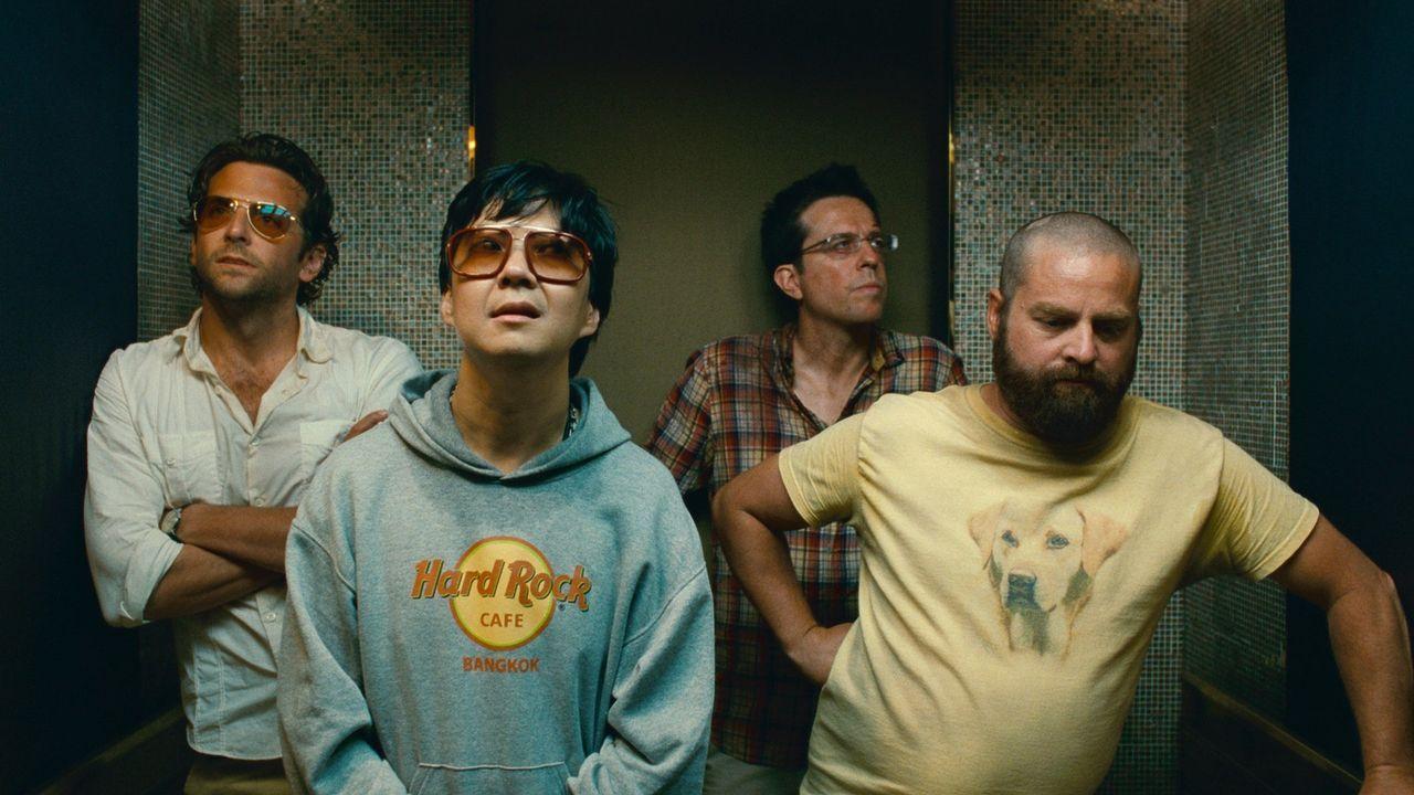 Phil (Bradley Cooper, l.), Stu (Ed Helms, 2.v.r.) und Alan (Zach Galifianakis, r.) setzen große Hoffnungen auf einen Deal, bei dem sie Mr. Chow (Ken... - Bildquelle: Warner Brothers
