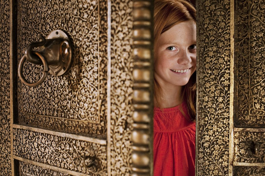 Hexe Lilli (Alina Freund) freut sich, denn ihre Zauberkräfte werden im Orient gebraucht. Im Null Komma nichts ist sie im Land der fliegenden Teppic... - Bildquelle: Disney