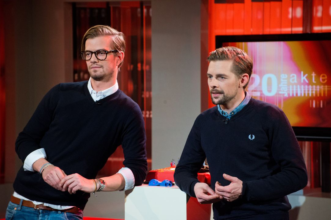 """Ungewöhnlicher Besuch: Joko Winterscheidt (l.) und Klaas Heufer-Umlauf (r.) besuchen das """"Akte""""-Studio zum 20. Geburtstag ... - Bildquelle: Oliver Ziebe SAT.1"""