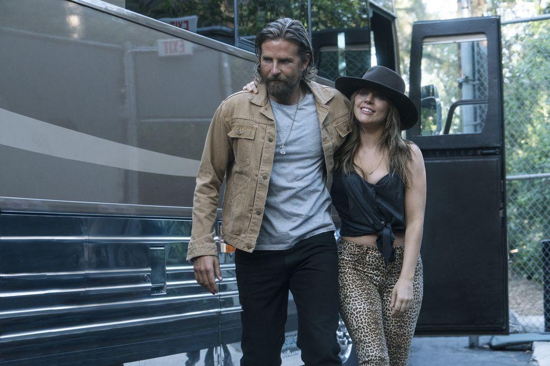 Jack (Bradley Cooper, l.); Ally (Lady Gaga, r.) - Bildquelle: Clay Enos 2017 Warner Bros. Entertainment Inc. / Clay Enos