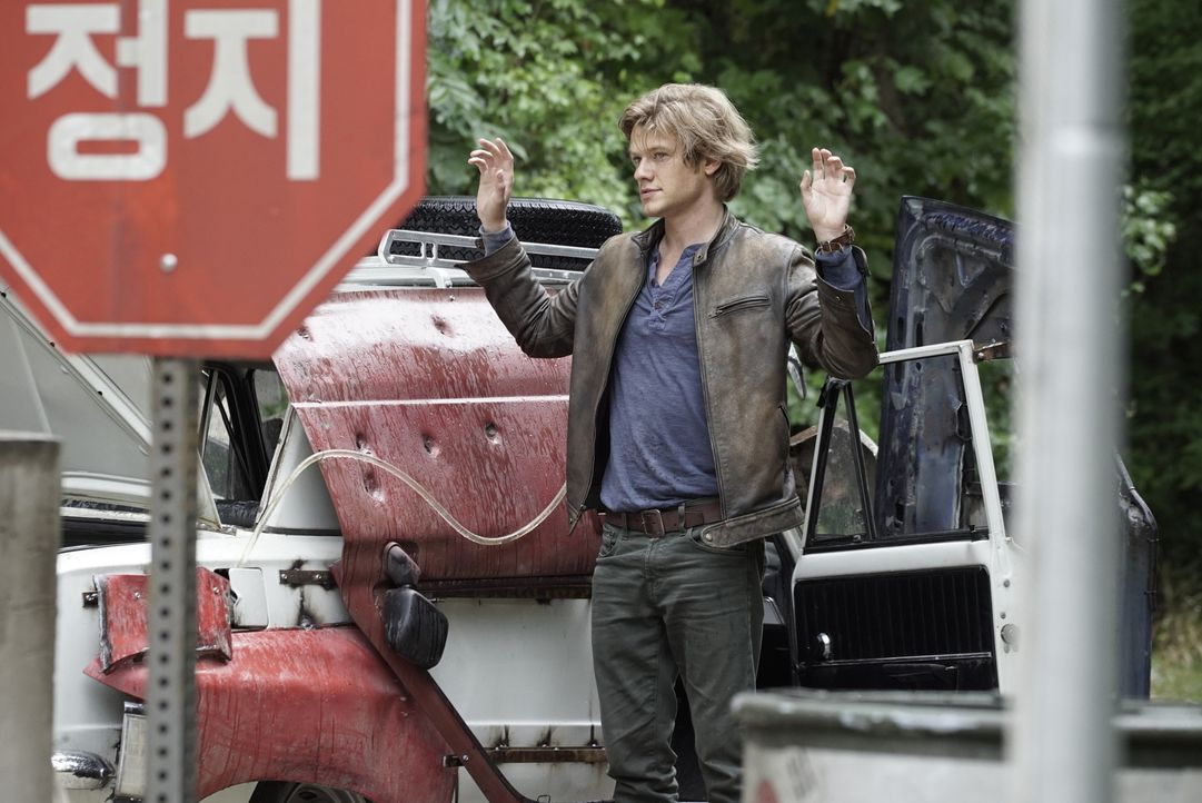 "Eine CIA-Agentin, die als verdeckte Ermittlerin in der venezolanischen Hauptstadt Caracas arbeitet, wird entführt. Angus ""Mac"" MacGyver (Lucas Till)... - Bildquelle: Jace Downs 2016 CBS Broadcasting, Inc. All Rights Reserved"