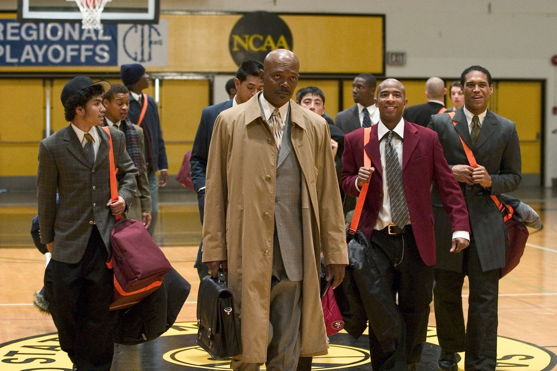 Der charismatische Highschool-Basketballcoach Ken Carter (Samuel L. Jackson, vorne) will seine Schützlinge mit Disziplin und Fairness nicht nur auf... - Bildquelle: CBS International Television