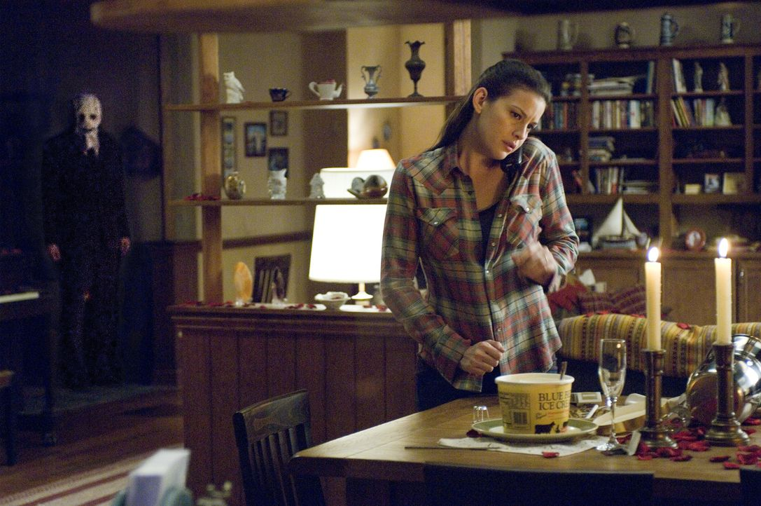 Während Kristen McKay (Liv Tyler, r.) in dem einsamen Landhaus auf ihren Freund wartet, der Zigaretten kaufen gefahren ist, dringt ein maskierter Ma... - Bildquelle: Glenn Watson 2007 Focus Features LLC.  All Rights Reserved.
