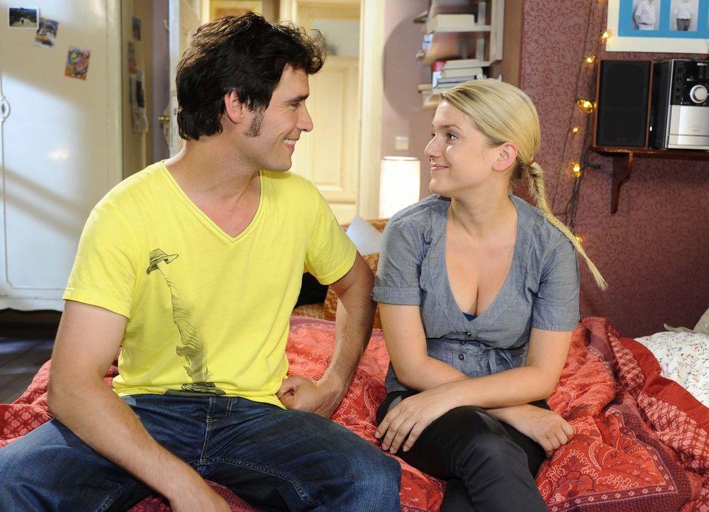 """Alexander Zeiss (Paul Grasshoff, l.) und Anna (Jeanette Biedermann, r.) drehen gemeinsam den Probe-Spot für die """"Metzi""""-Kampagne. Alles läuft wund... - Bildquelle: Sat.1"""