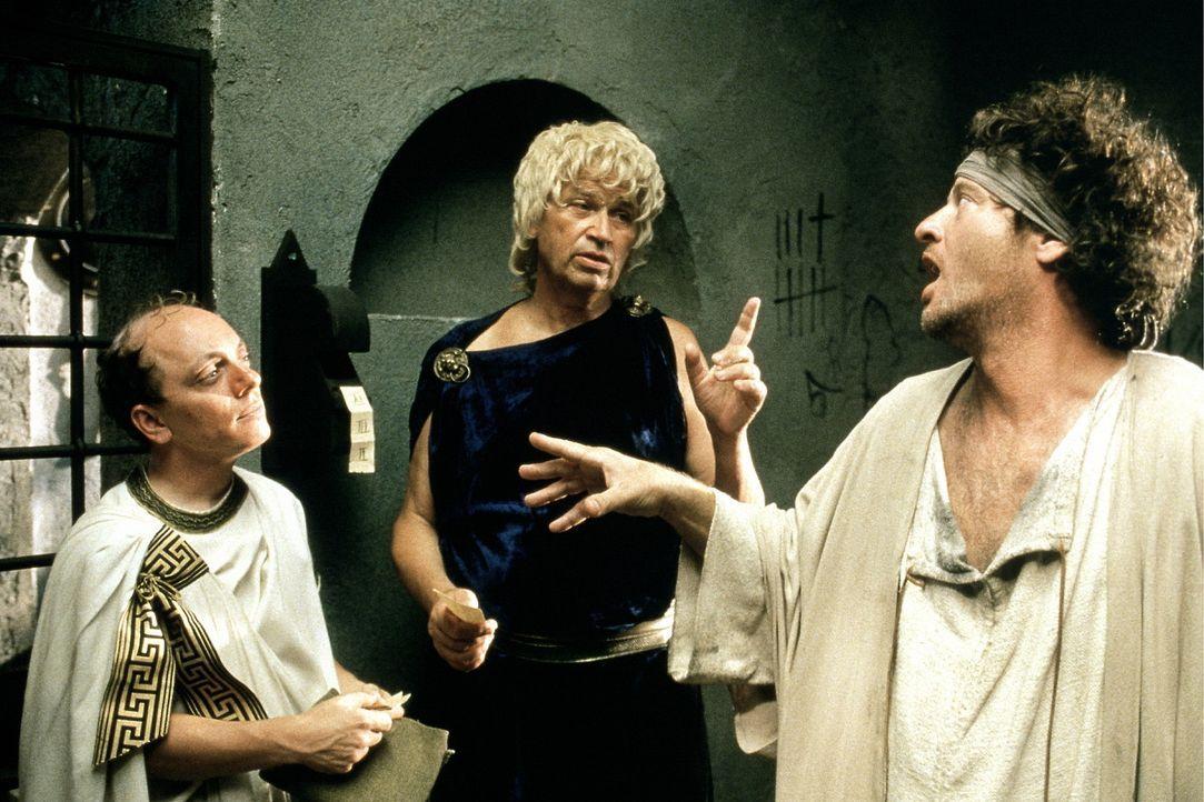 Der Anwalt (Bernhard Hoëcker, l.) bietet den Gefangenen Germanikus (Gerhard Polt, M.) und Almosius (Tom Gerhardt, r.) an sie für ein geringes Hono... - Bildquelle: CONSTANTIN FILM