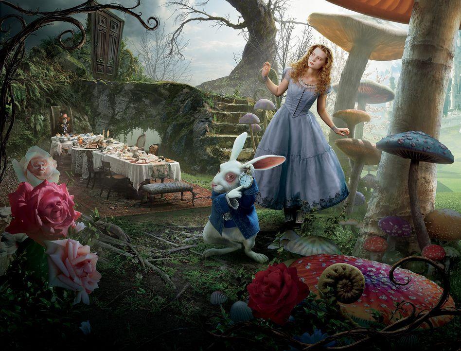 Ein weißer Hase mit Weste und Taschenuhr führt Alice (Mia Wasikowska, r.) ins Wunderland, wo sie auf den verrückten Hutmacher (Johnny Depp, l.) t... - Bildquelle: Leah Gallo Disney Enterprises, Inc. All rights reserved