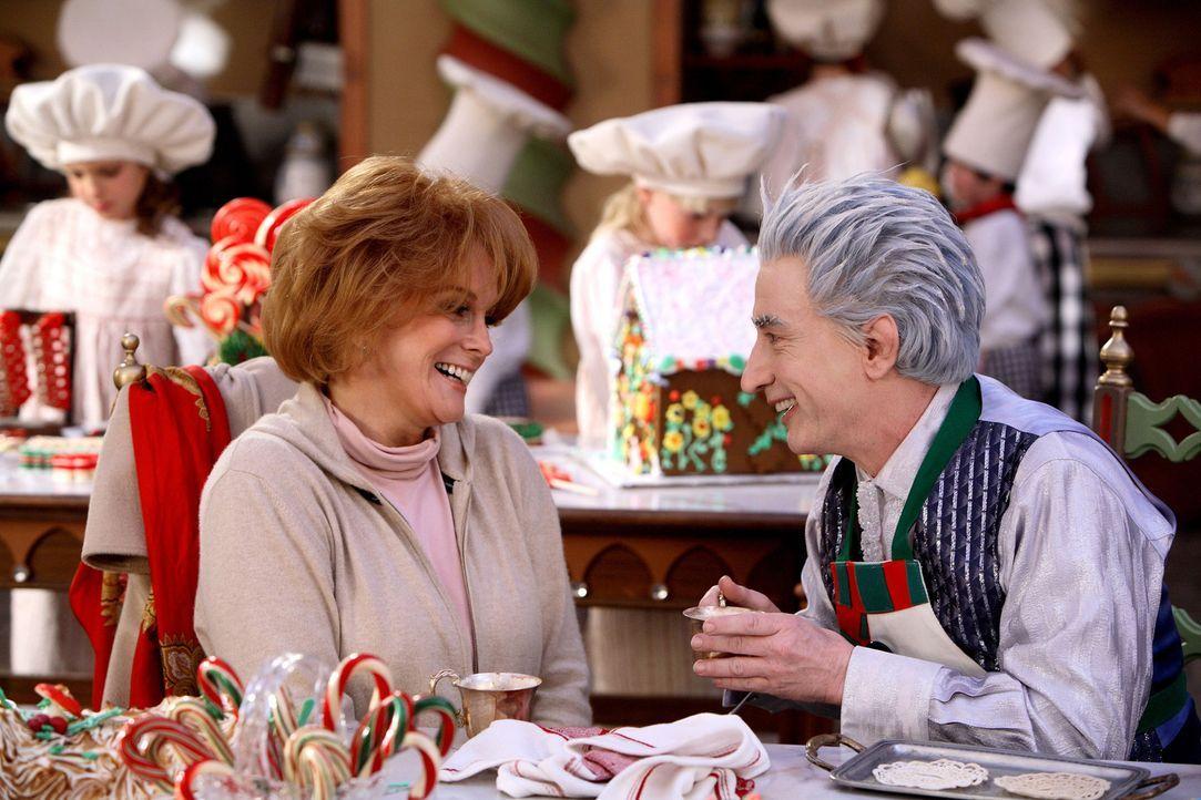 Größenwahn: Jack Frost (Martin Short, r.) macht sich sogar an Sylvia (Ann-Margret, l.) heran, um Weihnachten stehlen zu können ... - Bildquelle: Disney All rights reserved