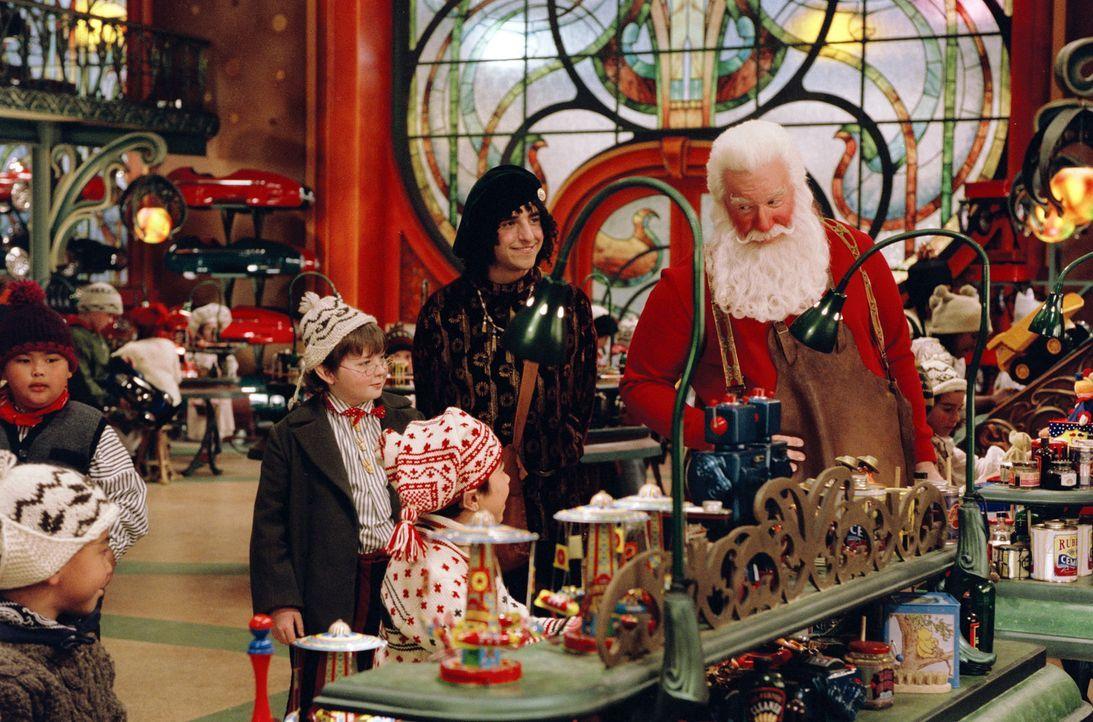 Kurz vor Weihnachten ereilen Scott Calvin (Tim Allen, r.) schlechte Nachrichten und er muss auf die Erde zurück. Da er aber das vorweihnachtliche S... - Bildquelle: Walt Disney Pictures