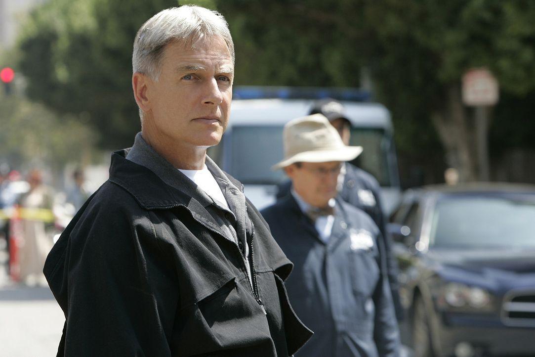 Tonys Leben ist in Gefahr, denn jemand hat eine Bombe unter seinem Auto platziert. Gibbs (Mark Harmon) und der Rest des Teams können nur hilflos zu... - Bildquelle: CBS Television