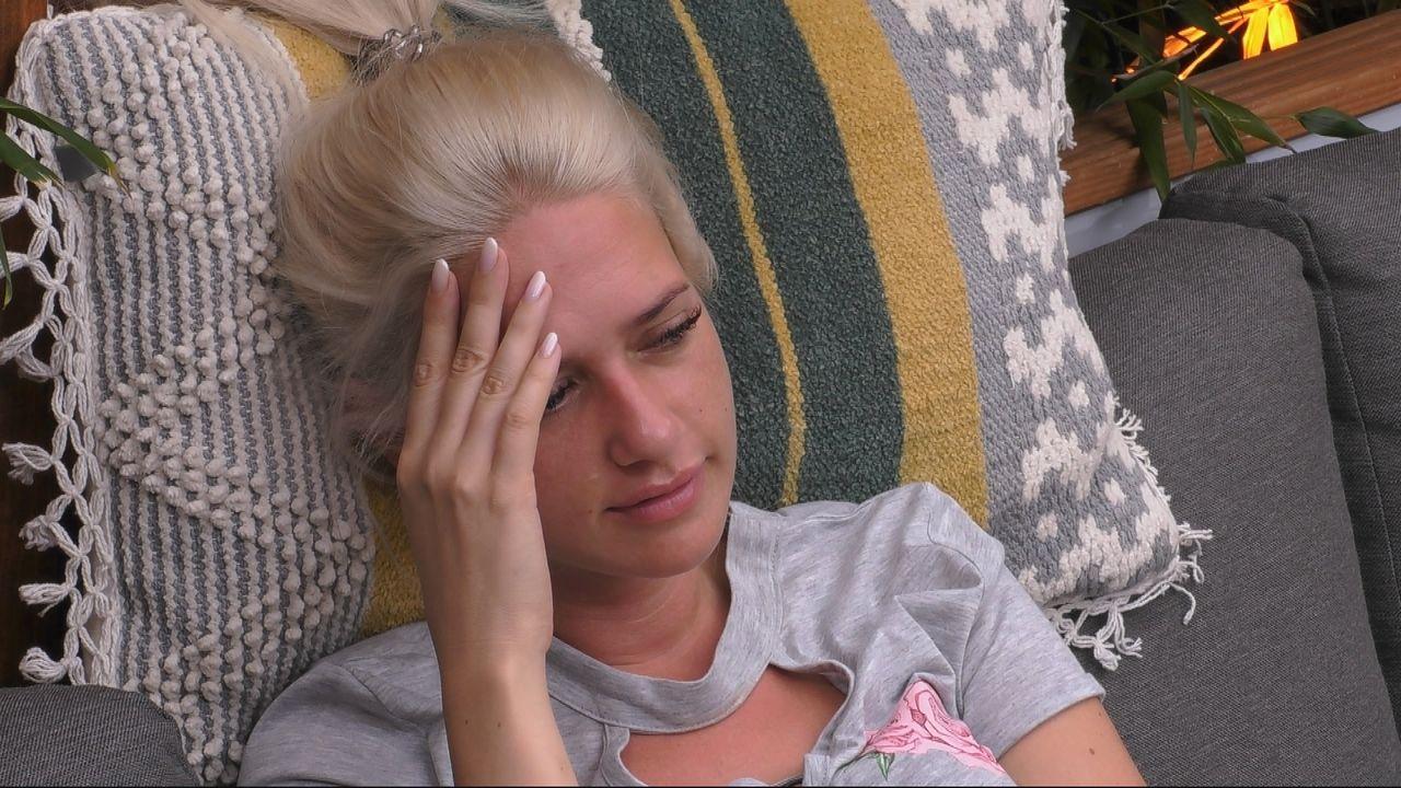 Sarah blickt zu Dominik - Bildquelle: SAT.1
