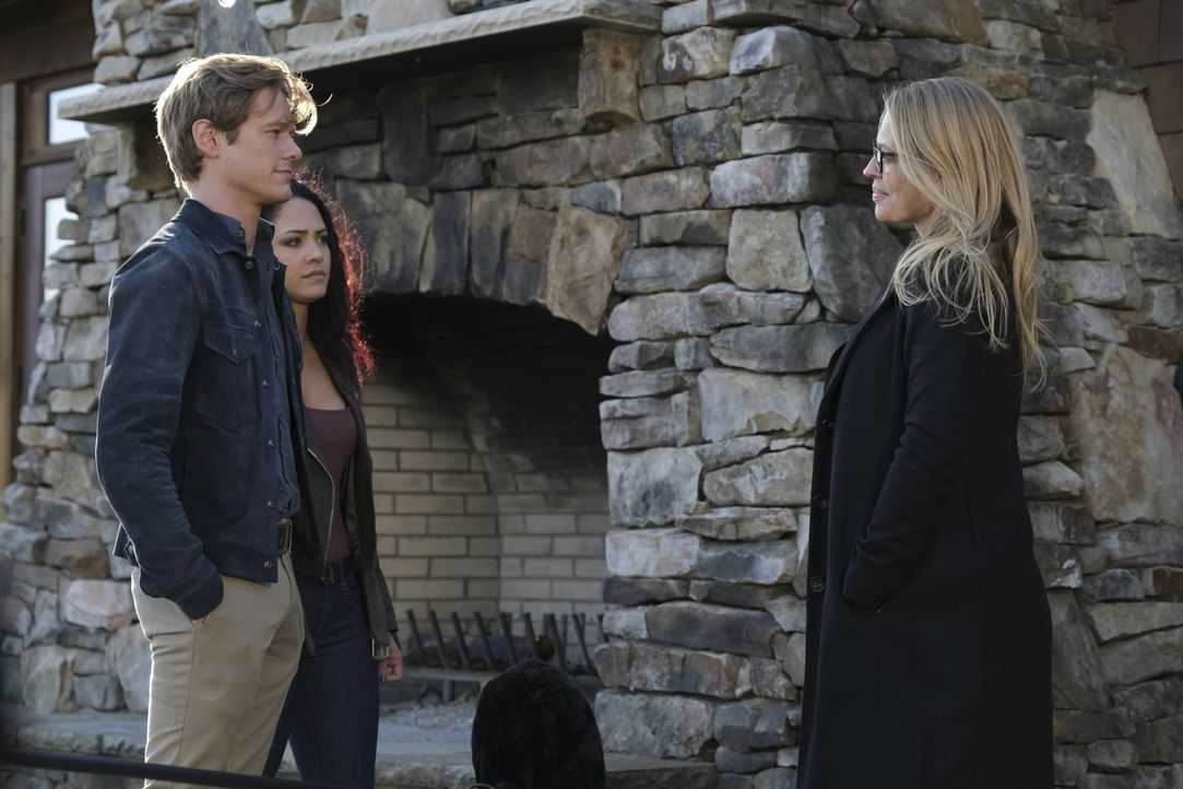 (v.l.n.r.) Angus MacGyver (Lucas Till); Riley Davis (Tristin Mays); Gwendolyn Hayes (Jeri Ryan) - Bildquelle: Mark Hill 2020 CBS Broadcasting, Inc. All Rights Reserved. / Mark Hill