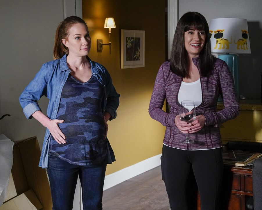 Kristy Simmons (Kelly Frye, l.); Emily Prentiss (Paget Brewster, r.) - Bildquelle: Cliff Lipson ABC Studios / Cliff Lipson